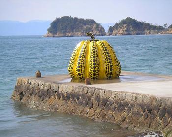 濑户内海上的直岛,位於香川县高松市的北侧